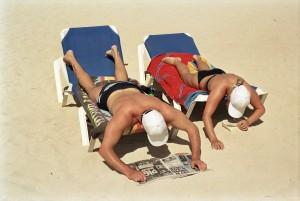 Bain de soleil et lecture sur la plage. Magaluf, Majorque, Espagne, 2003 © Martin Parr/Magnum Photos