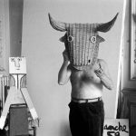 Edward Quinn, Picasso coiffé d'un masque de taureau en rotin, 1959, photographie Musée national Picasso, Paris © Succession Picasso 2018 © Edwardquinn.com